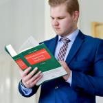 Mitarbeiter liest in Buch